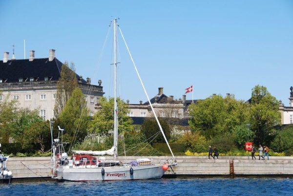 Das Boot der Königin vor dem Palast