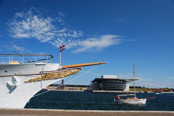 Royale Yacht vor königlicher Oper