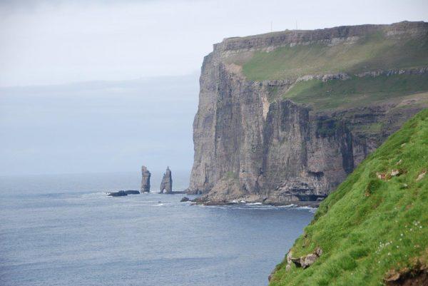 Risin & Kellingin, zwei Trolle, die die Färöer heim nach Island holen wollten und dabei versteinerte