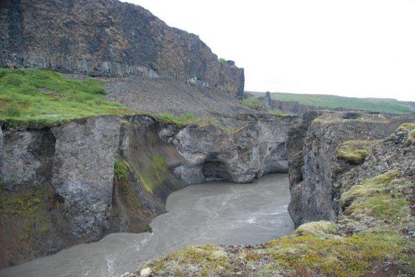 Gletscherwasser mit Schlamm und Geröll