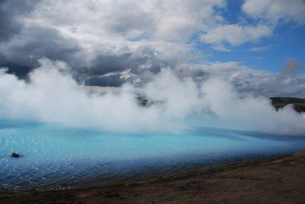 Wasser und Dampf kommen mit über 100°C an die Oberfläche