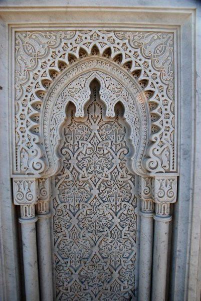 feine Ornamentik in Marmor
