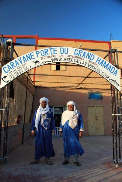 Hamsa und Mahjoub vor ihrem Büro in Mhamid