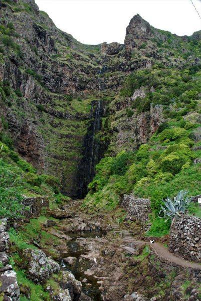 Wasserfall im alten Krater