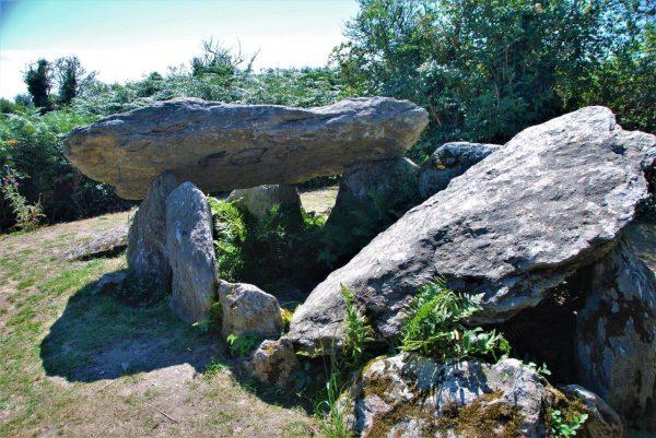 Dolmen gibt es überall in der Bretagne