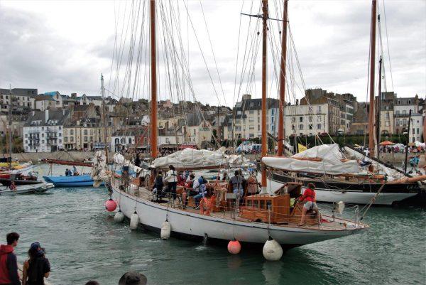 schöne alte Yacht mit schöner junger Skipperin