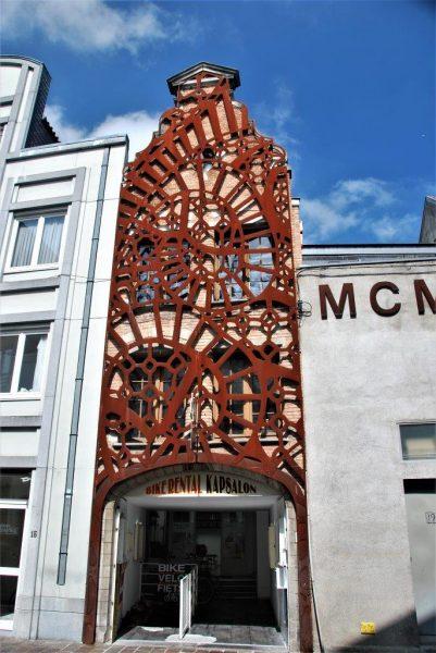 moderne Munst vor alten Fassaden